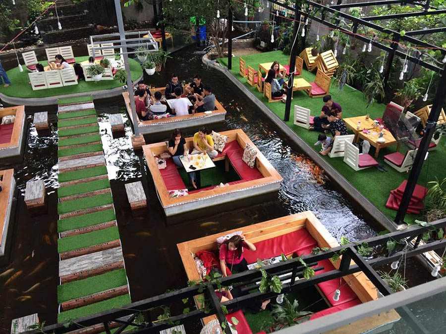 Hồ cá koi đẹp đã góp phần tạo ra, một thư không gian giãn lý tưởng cho người thưởng thức cà phê