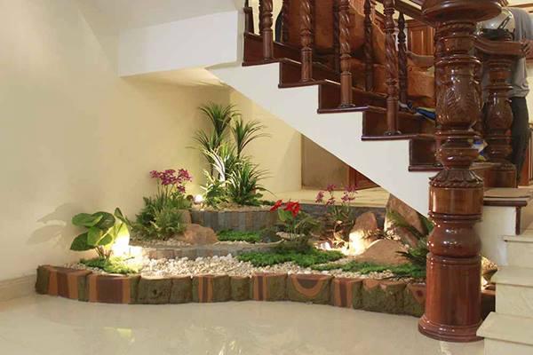 Gầm cầu thang được trang trí bằng tiểu cảnh đơn giản nhất